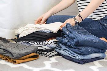 Die Wäsche richtig zu sortieren hilft, Beschädigungen und Verfärbungen beim Waschen zu vermeiden